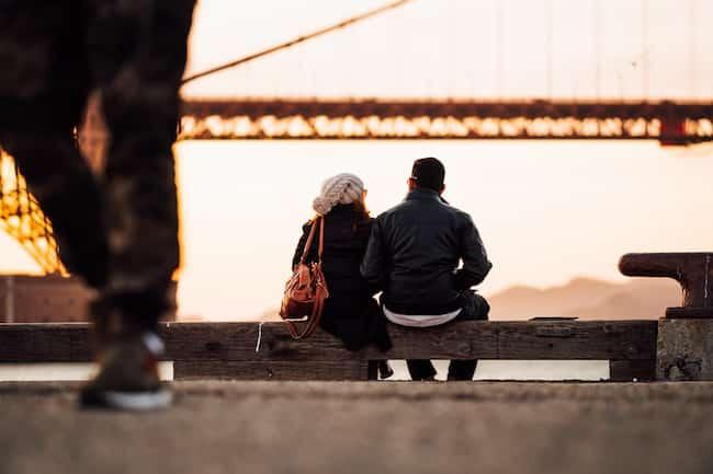 Amoureux s'embrassant au coucher du soleil.